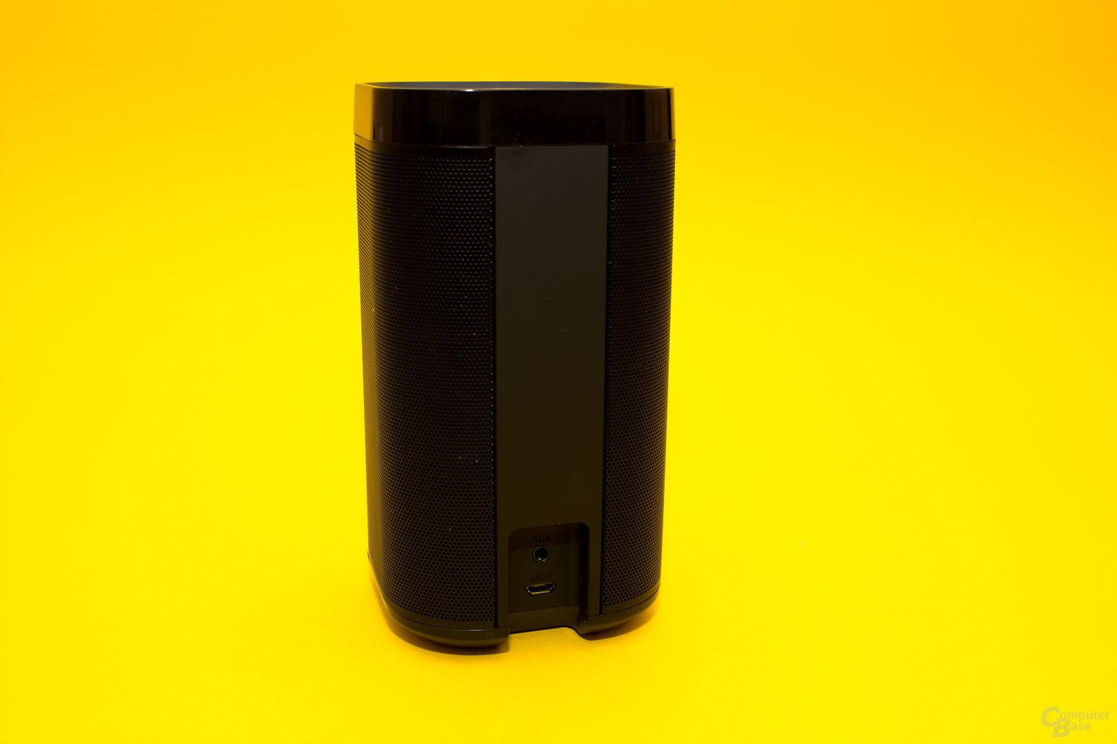 Die Rückseite des DP300 mit USB- sowie AUX-Anschluss