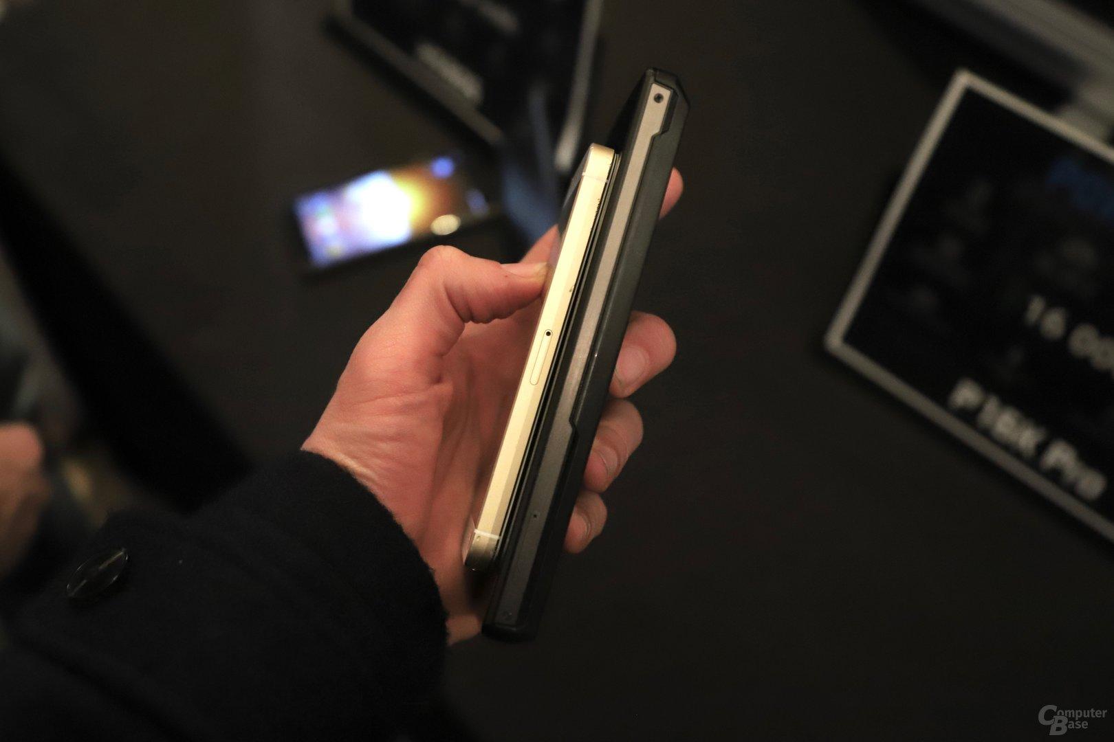 Das Power Max P16K Pro mit 15 mm im Vergleich zum iPhone SE