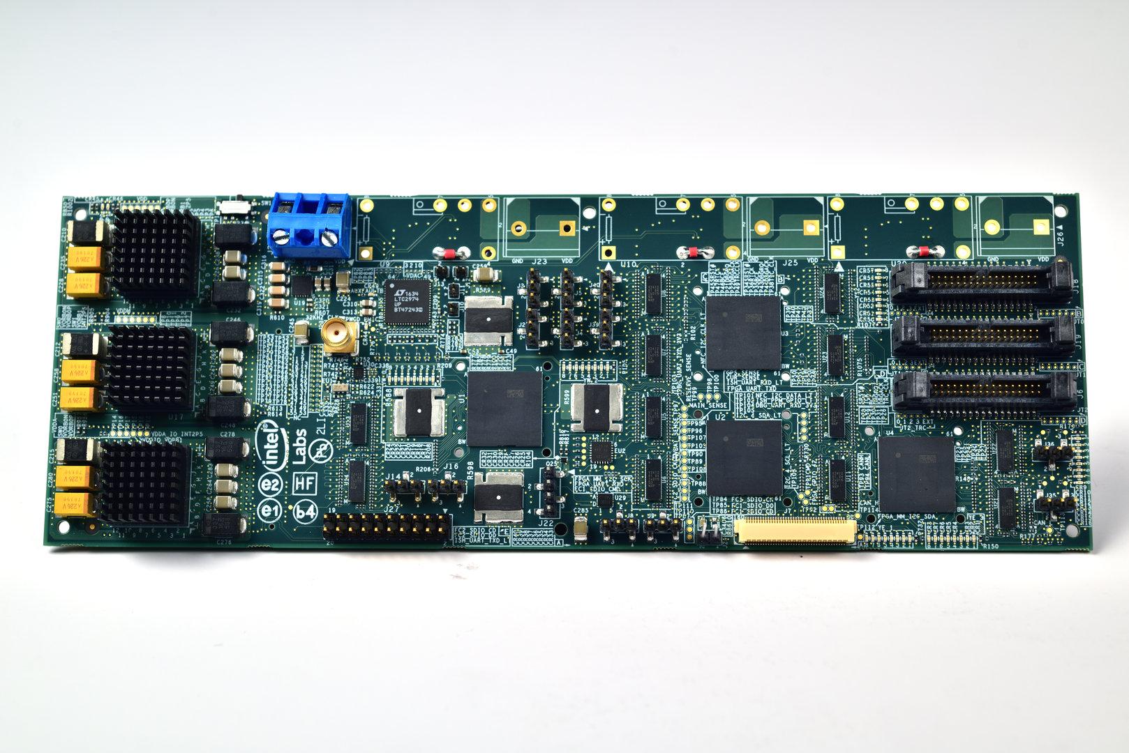 Test-Board mit Intels Loihi-Chips