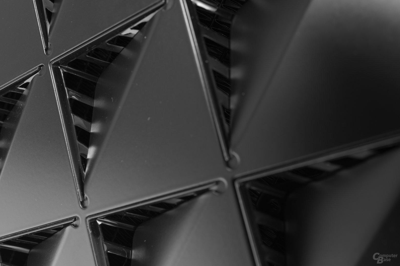 Deepcool New Ark 90 – Lufteinlässe im rechten Seitenteil