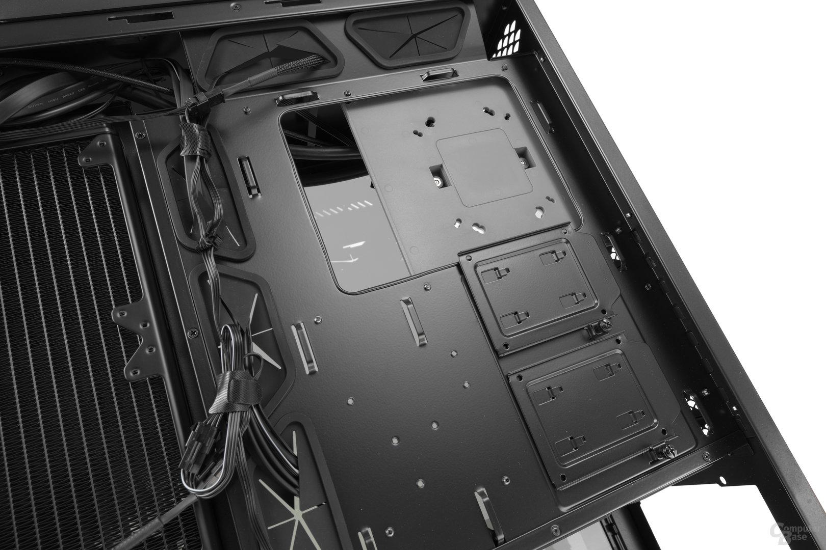 """Deepcool New Ark 90 – Zwei 2,5""""-Brackets an der Rückseite des Mainboardtrays"""