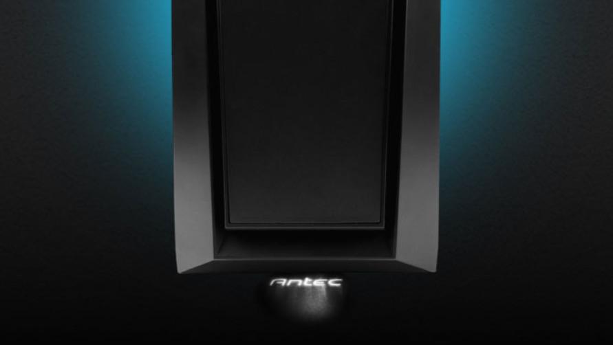 Antec P6: Midi-Tower wirft weißes Logo auf den Boden