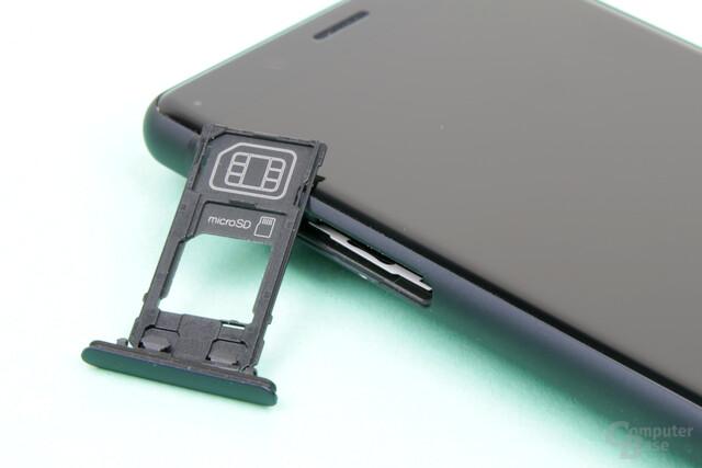 SIM- und microSD-Fach auf der linken Seite