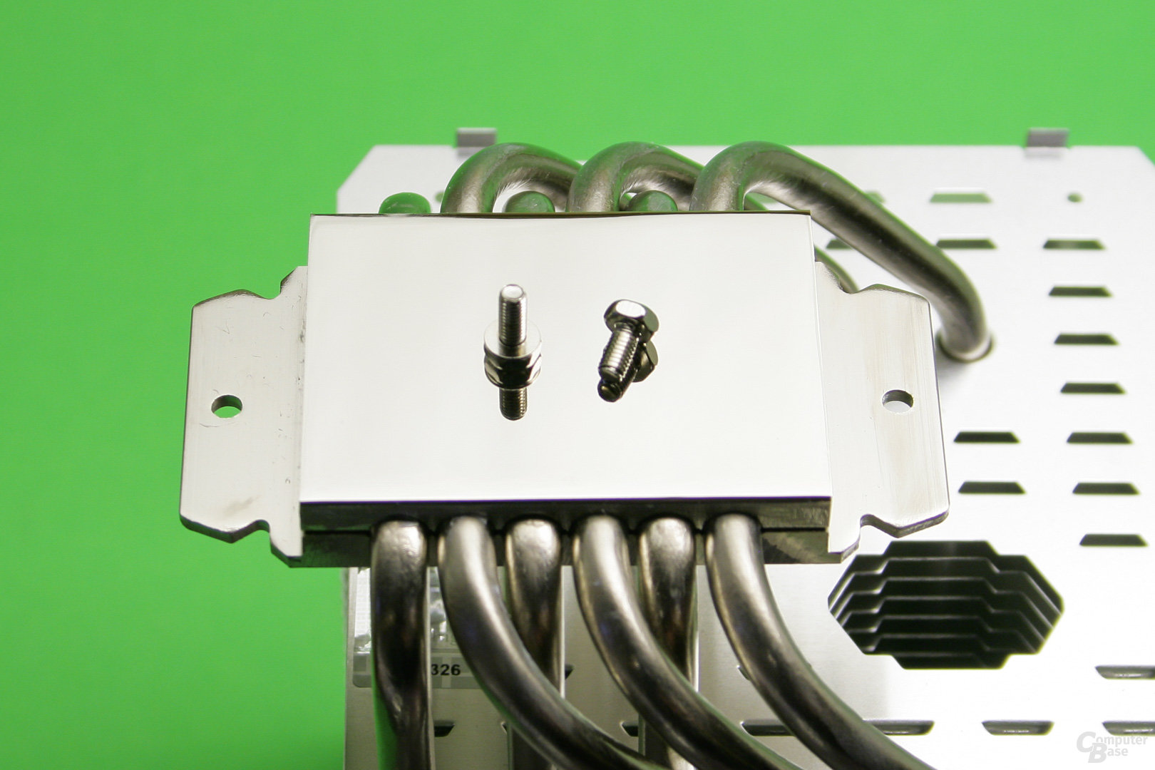 Thermalright ARO M14: Eine blank polierte vernickelte Bodenplatte nimmt Kontakt zur CPU auf