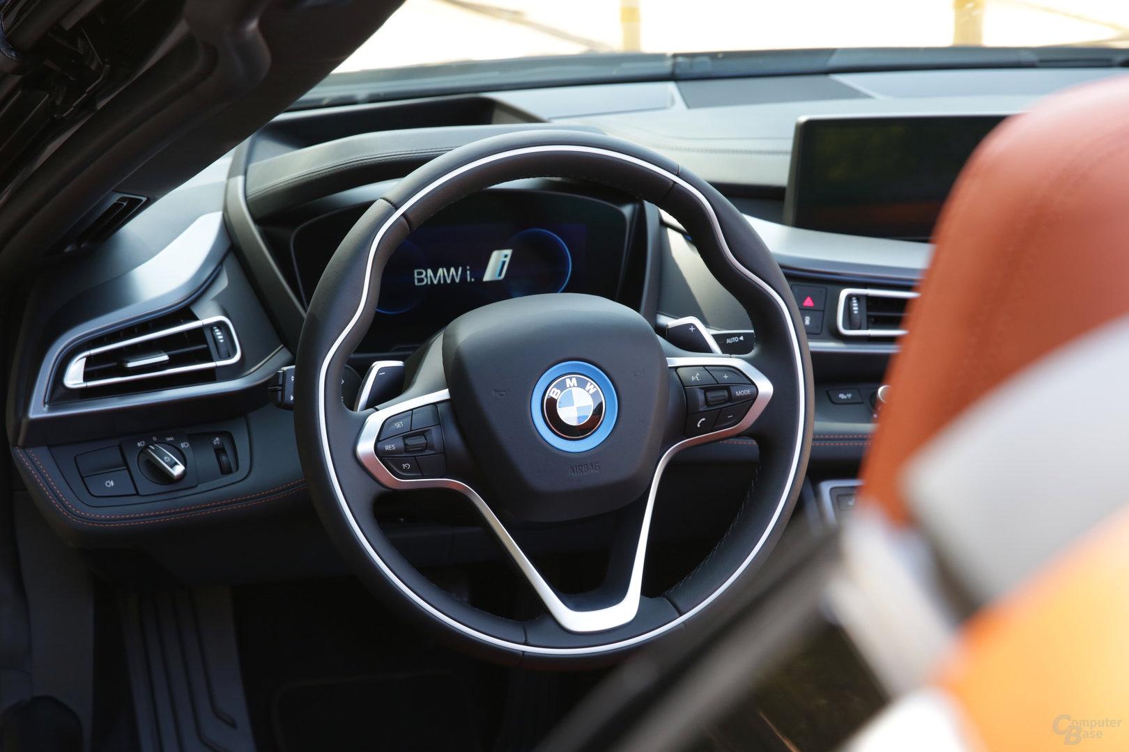 BMW i8 Roadster – Lenkrad und digitales Cockpit