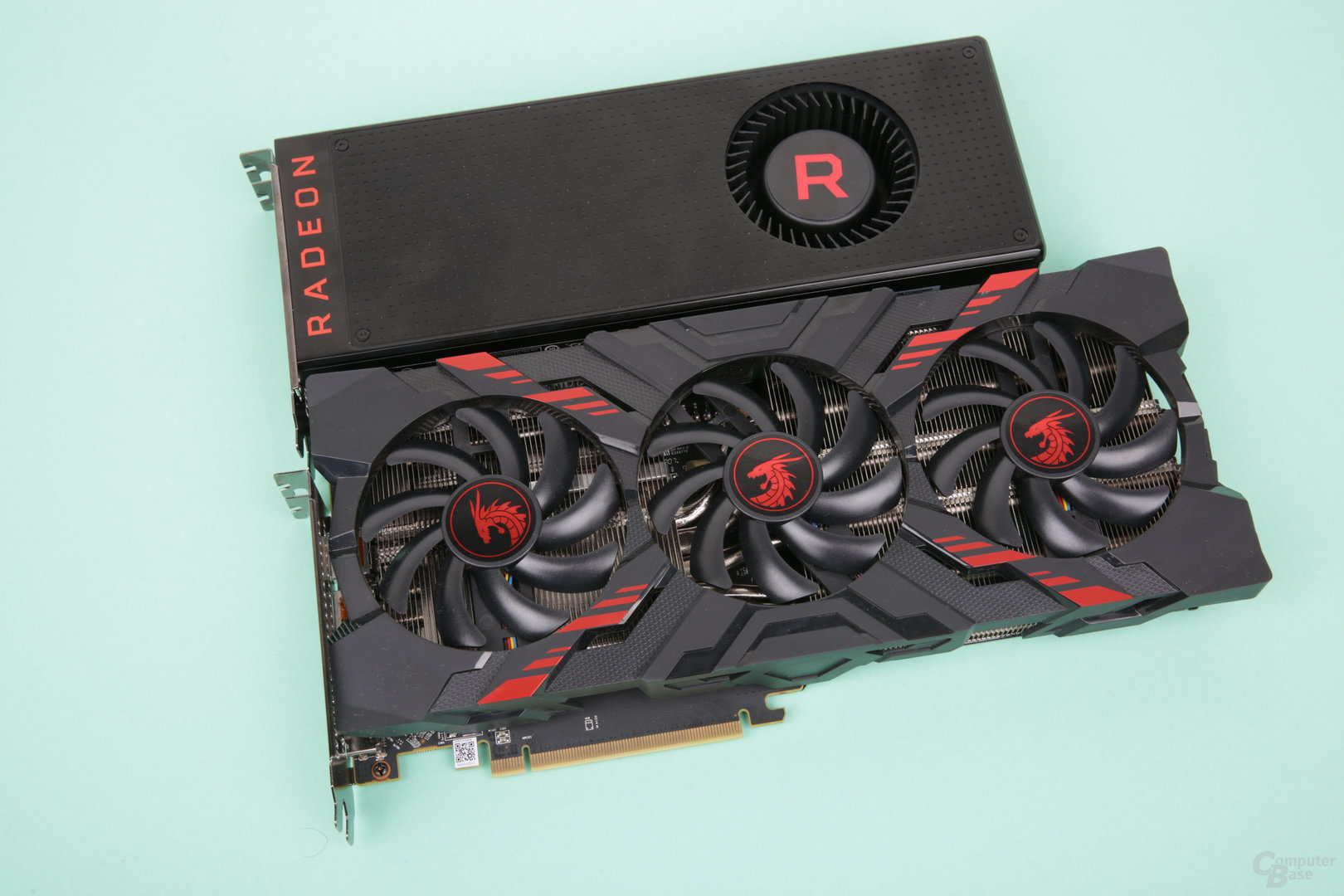 RX Vega 56 – Referenzdesign (oben) und PowerColor Red Dragon