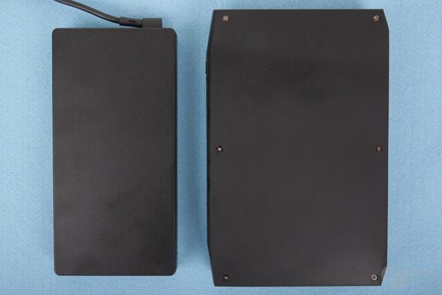 Großes Netzteil (links) mit 230 Watt Nennleistung