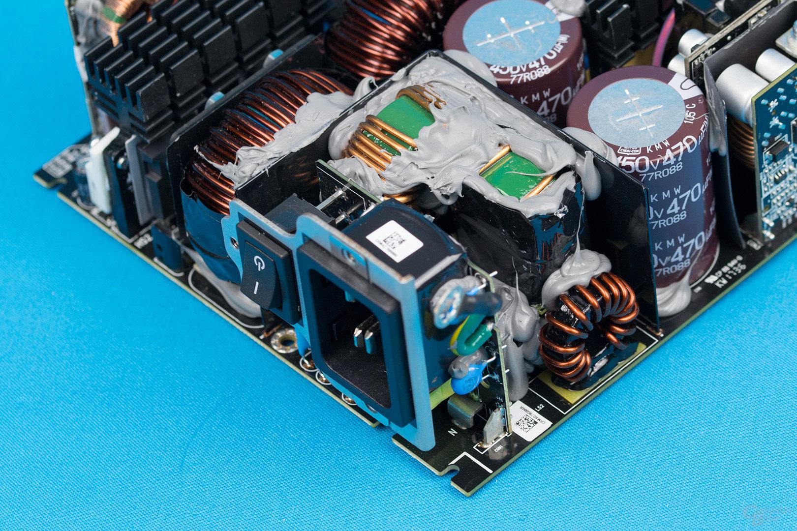 Corsair AX1600i – Kaltgerätebuchse und Eingangsfilter