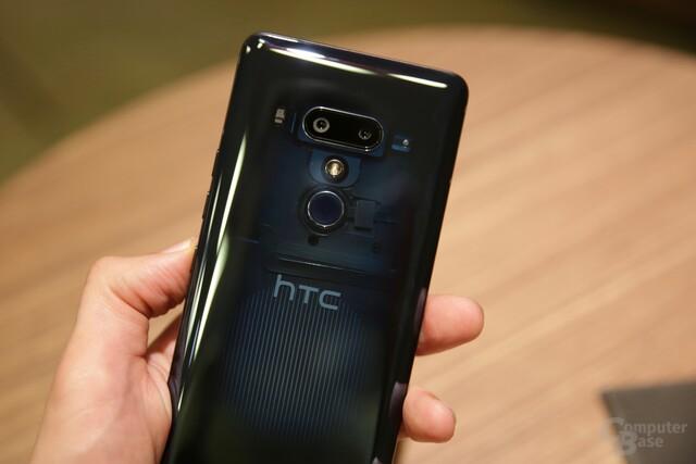"""Das HTC U12+ in """"Translucent Blue"""" mit halb-transparenter Rückseite"""