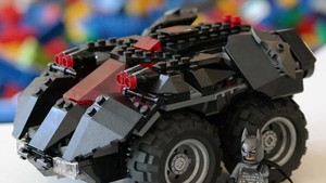 Powered Up: Legos Super Heroes Batmobil lässt sich per App steuern