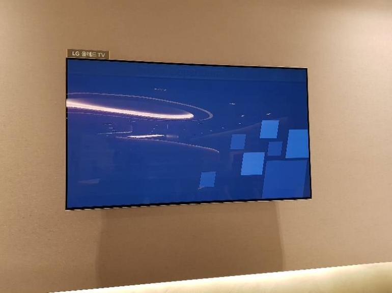 OLED-TV mit eingebranntem Bild (oben)