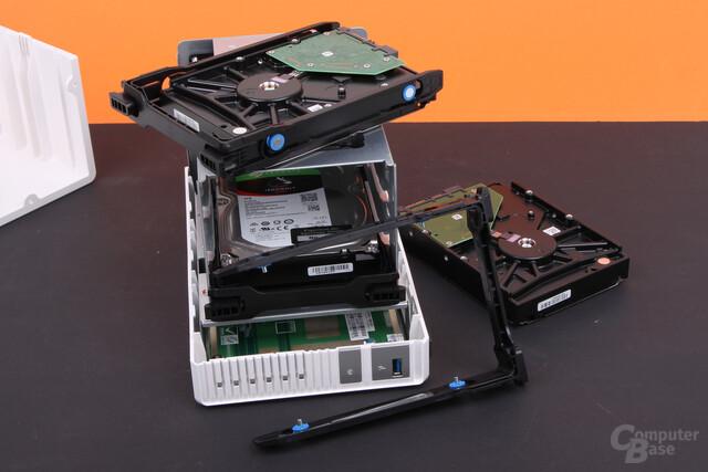QNAP TS-328 – Die HDD-Rahmen sind sehr wackelig
