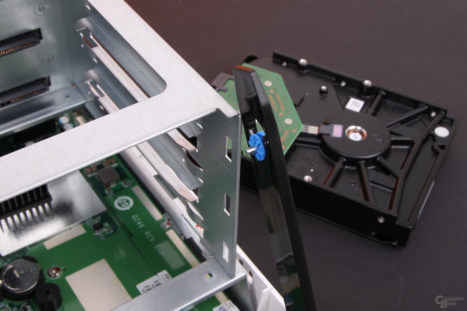 QNAP TS-328 – Kleine Stifte sichern die HDD