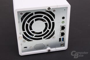 QNAP TS-328 – LAN, USB und Audio an der Rückseite