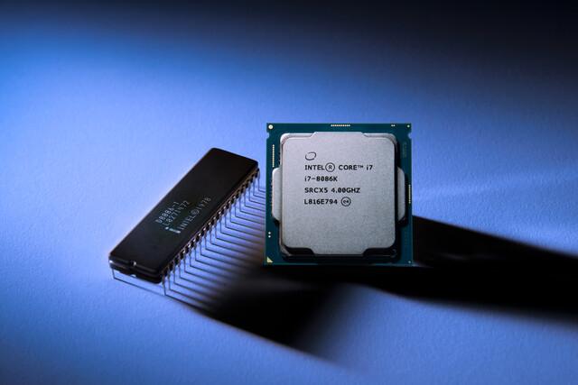 Intel Core i7-8086K Limited Edition neben dem ersten x86-Prozessor
