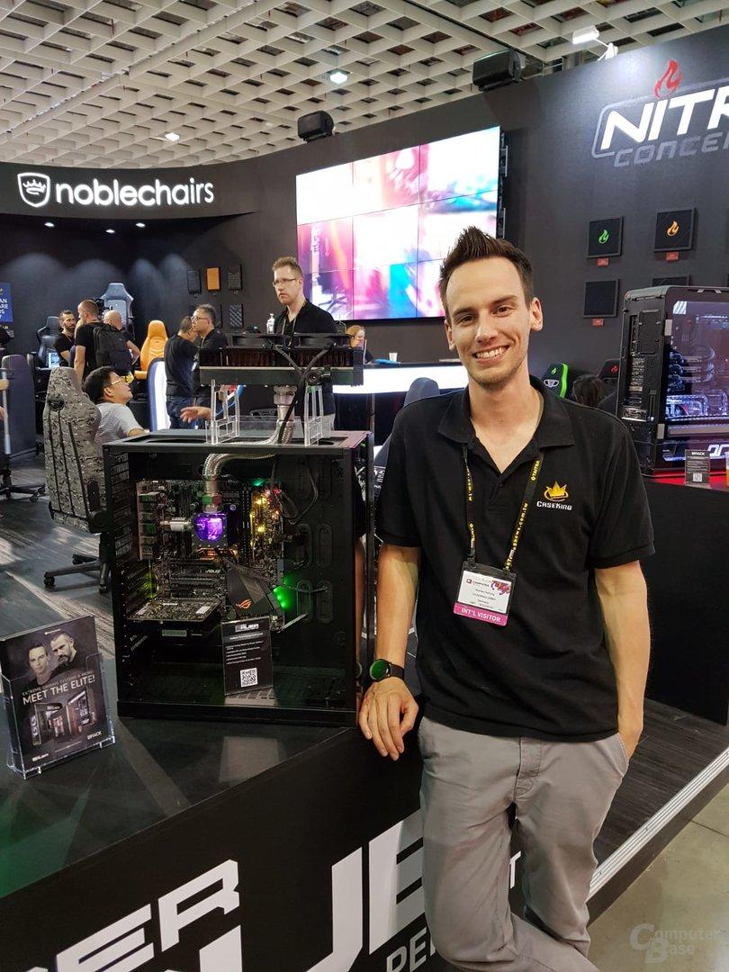 Roman Hartung neben dem Prototypen des Phase Shift Coolers