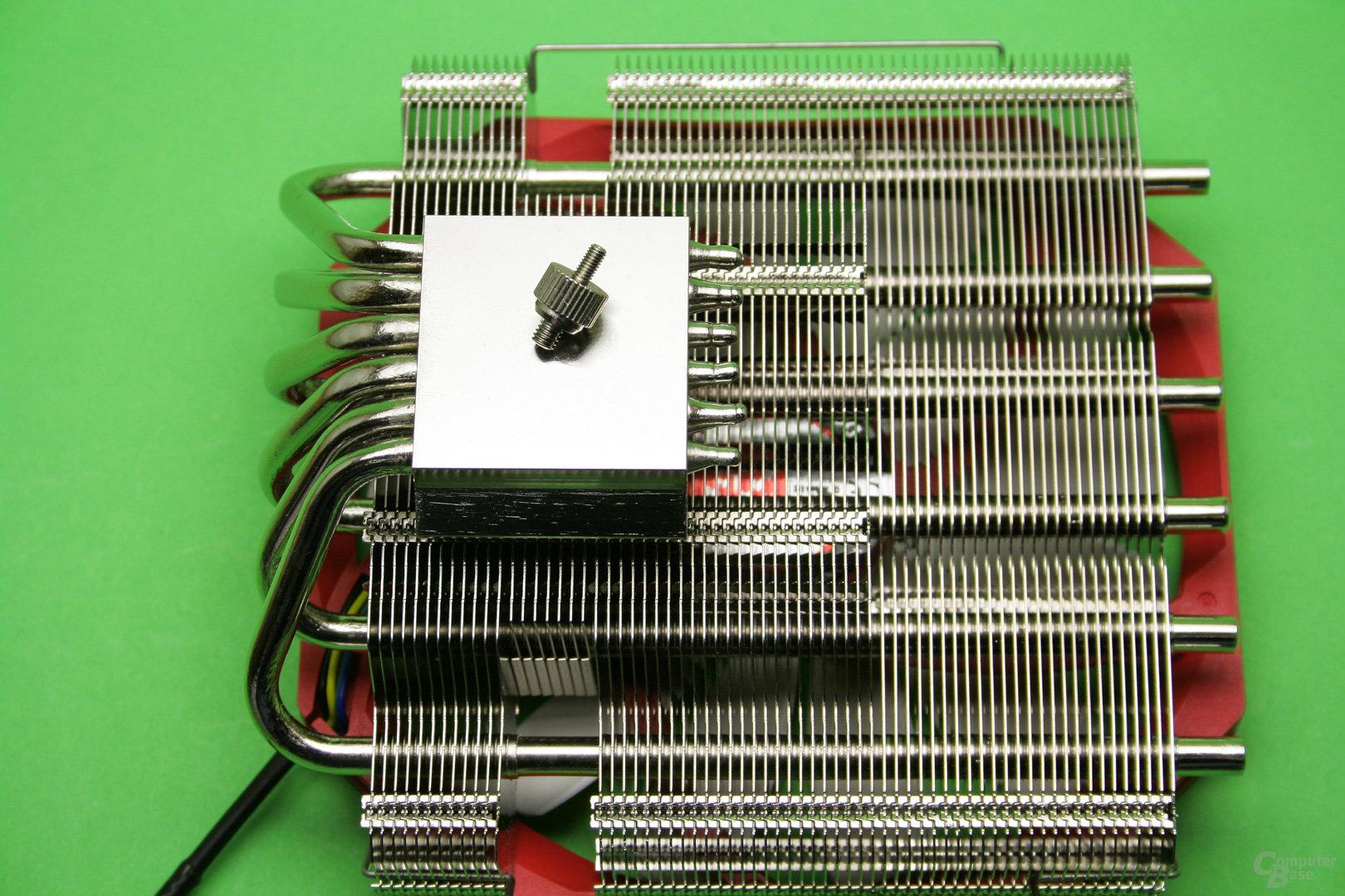 Raijintek Pallas: Der CPU liegt eine vernickelte Kupferplatte auf