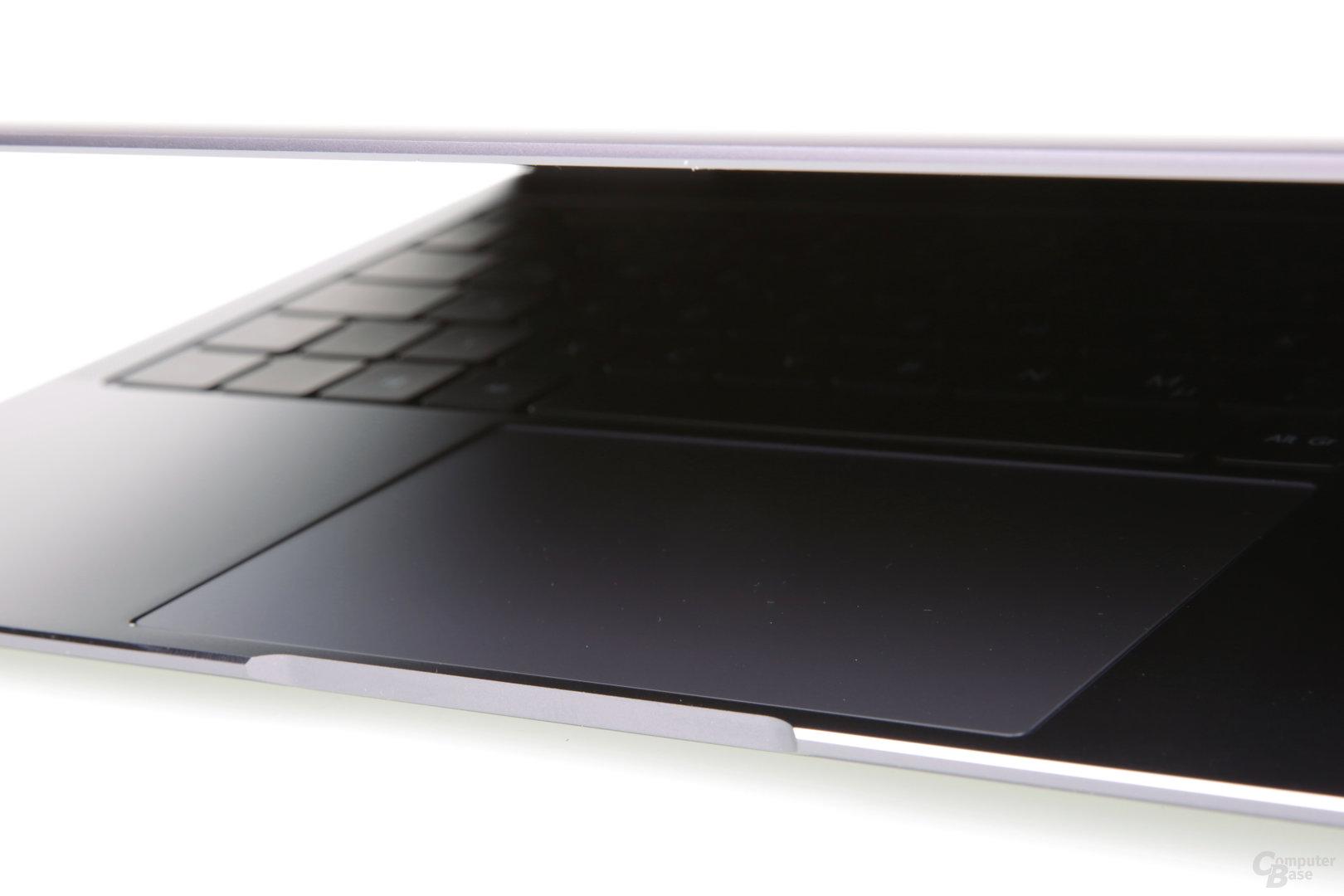 Kerbe vor dem Touchpad zum Öffnen des Notebooks