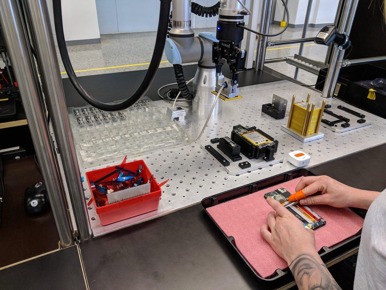 Der Einbau des Akkus erfolgt per Roboter mit festgelegtem Kraftaufwand