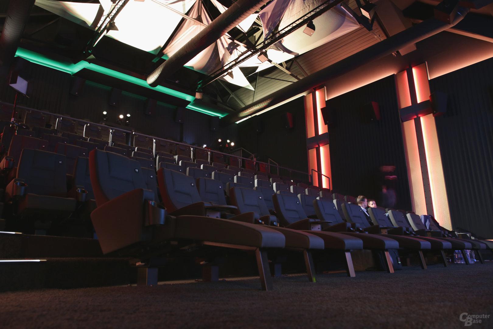 Liegesitze in der ersten Reihe des Kinos