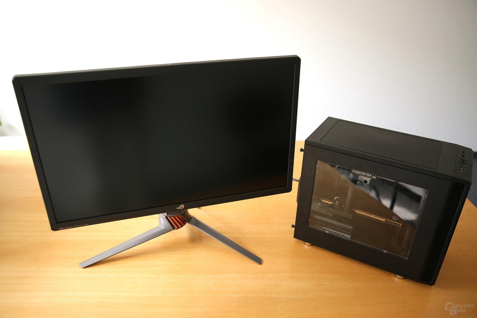 Ein möglicher Spielepartner: Der PG27UQ mit dem Mifcom miniBOSS und der Titan V