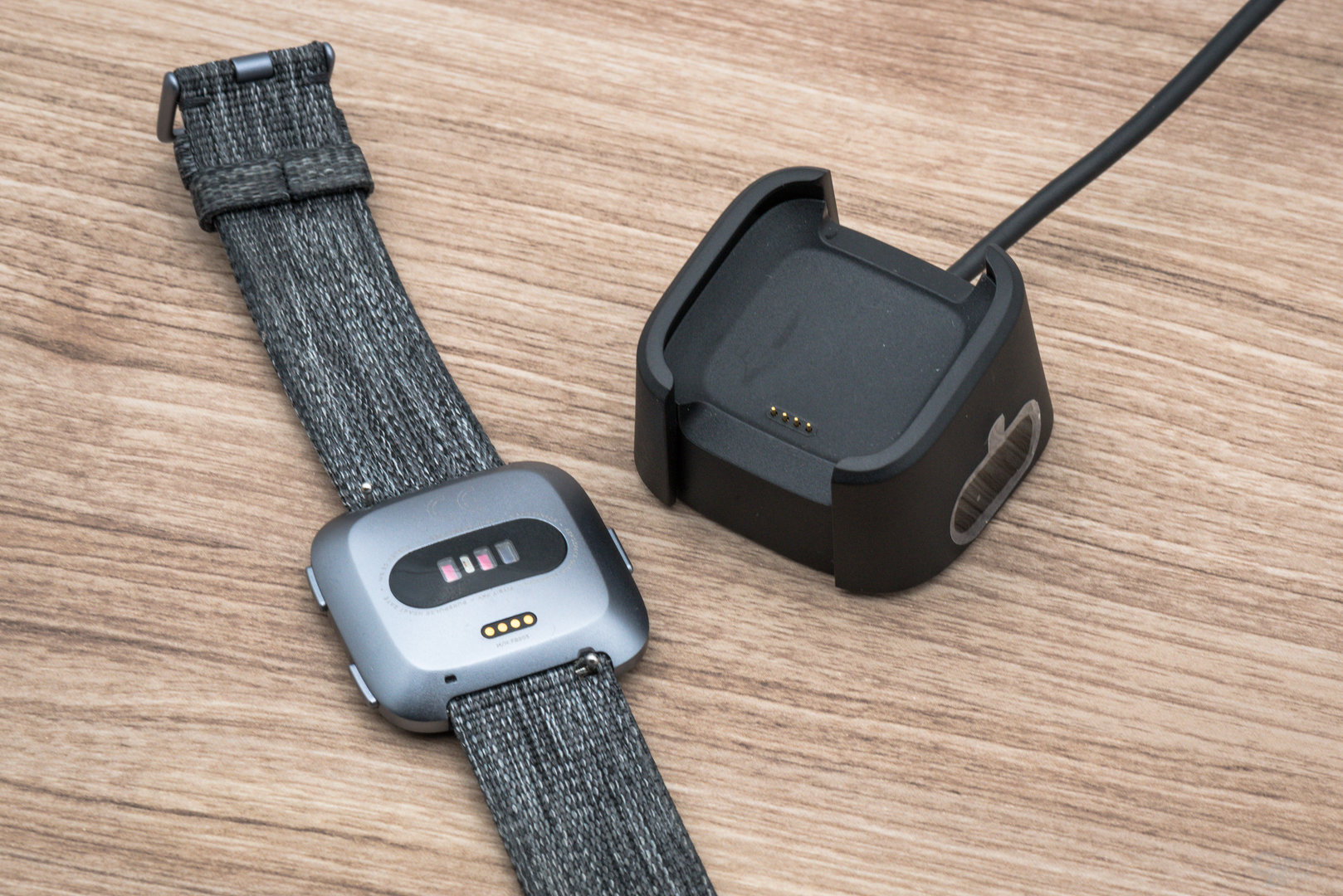 Fitbit Versa im Test: Ladekontakte