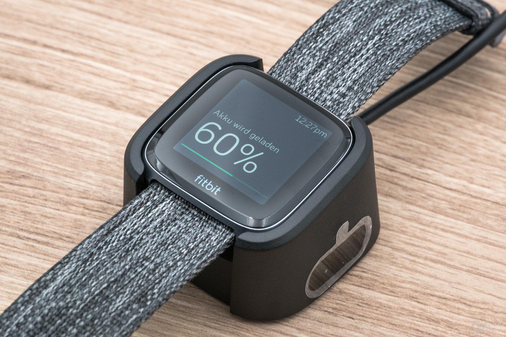 Fitbit Versa im Test: In der Ladeschale