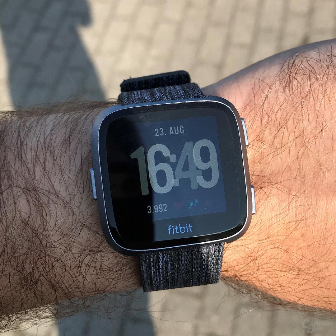 Fitbit Versa im Test: Ablesbarkeit im direkten Sonnenlicht