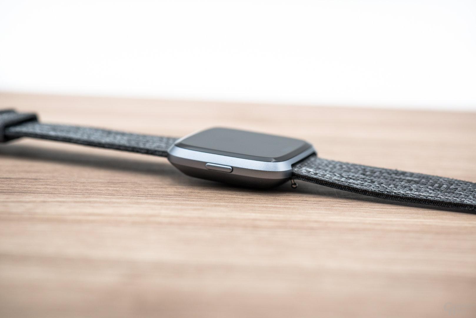 Fitbit Versa im Test: Seitenansicht und Höhe