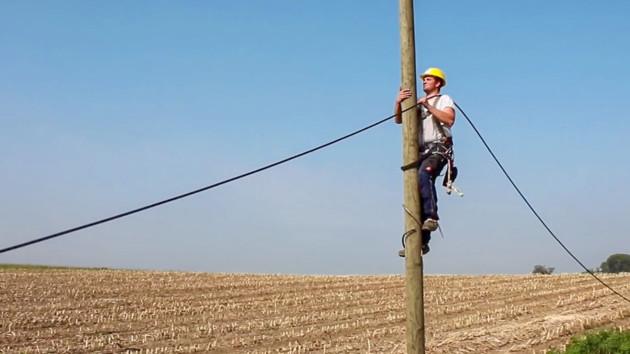 Breitbandausbau: Telekom verlegt Glasfaser über Holzmasten