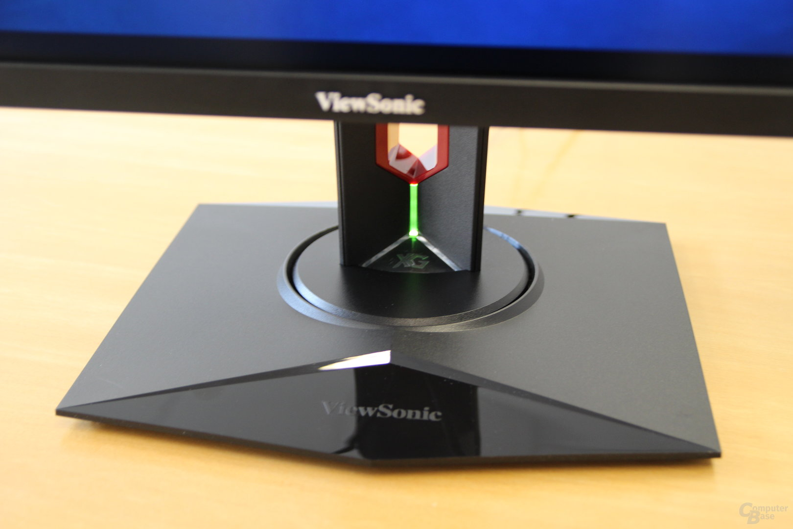 ViewSonic XG3220 – Dezente RGB-Beleuchtung im Standfuß