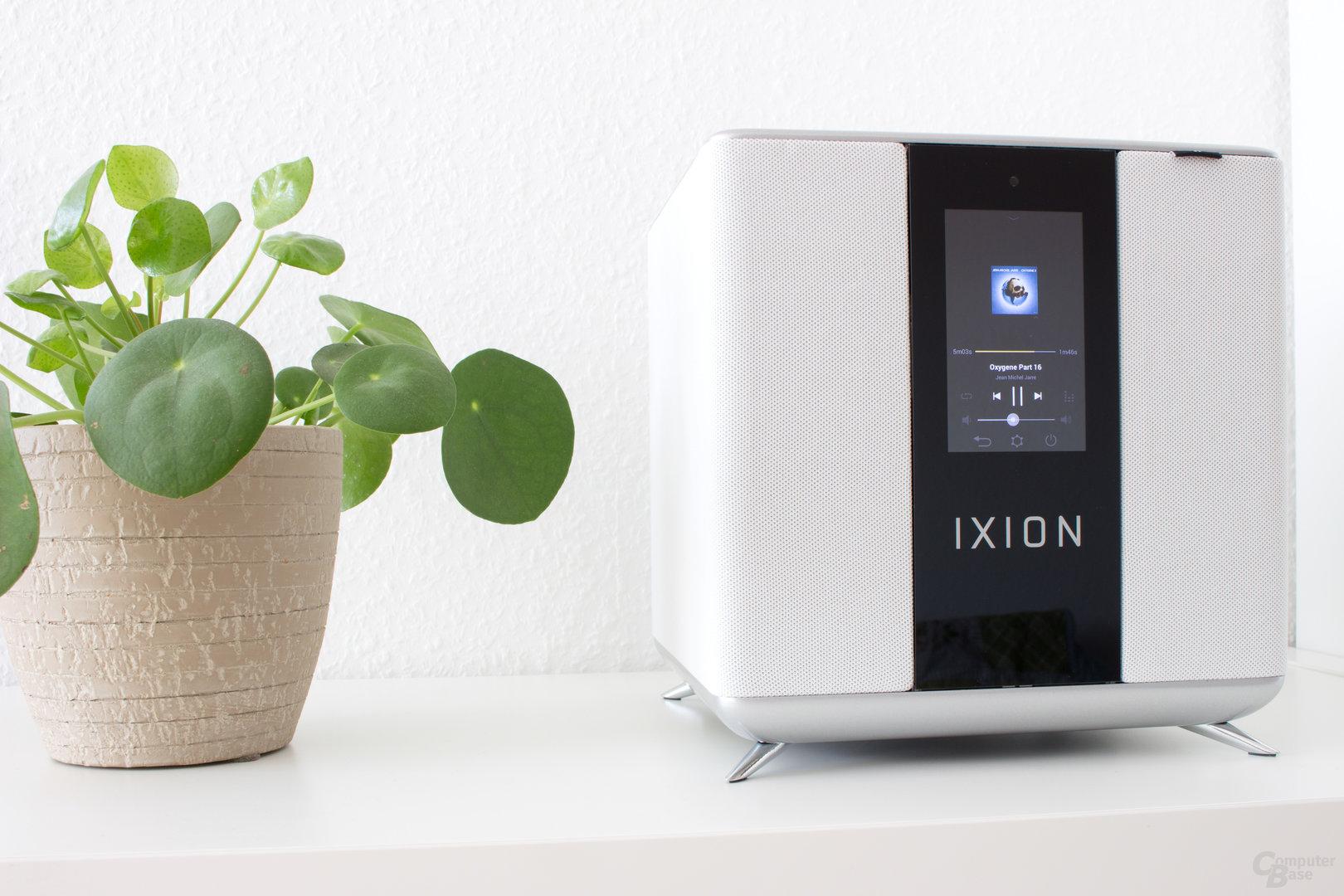Der Ixion Maestro – Ein Aluminiumblock umhüllt von einer Schicht aus leichtem Stoff