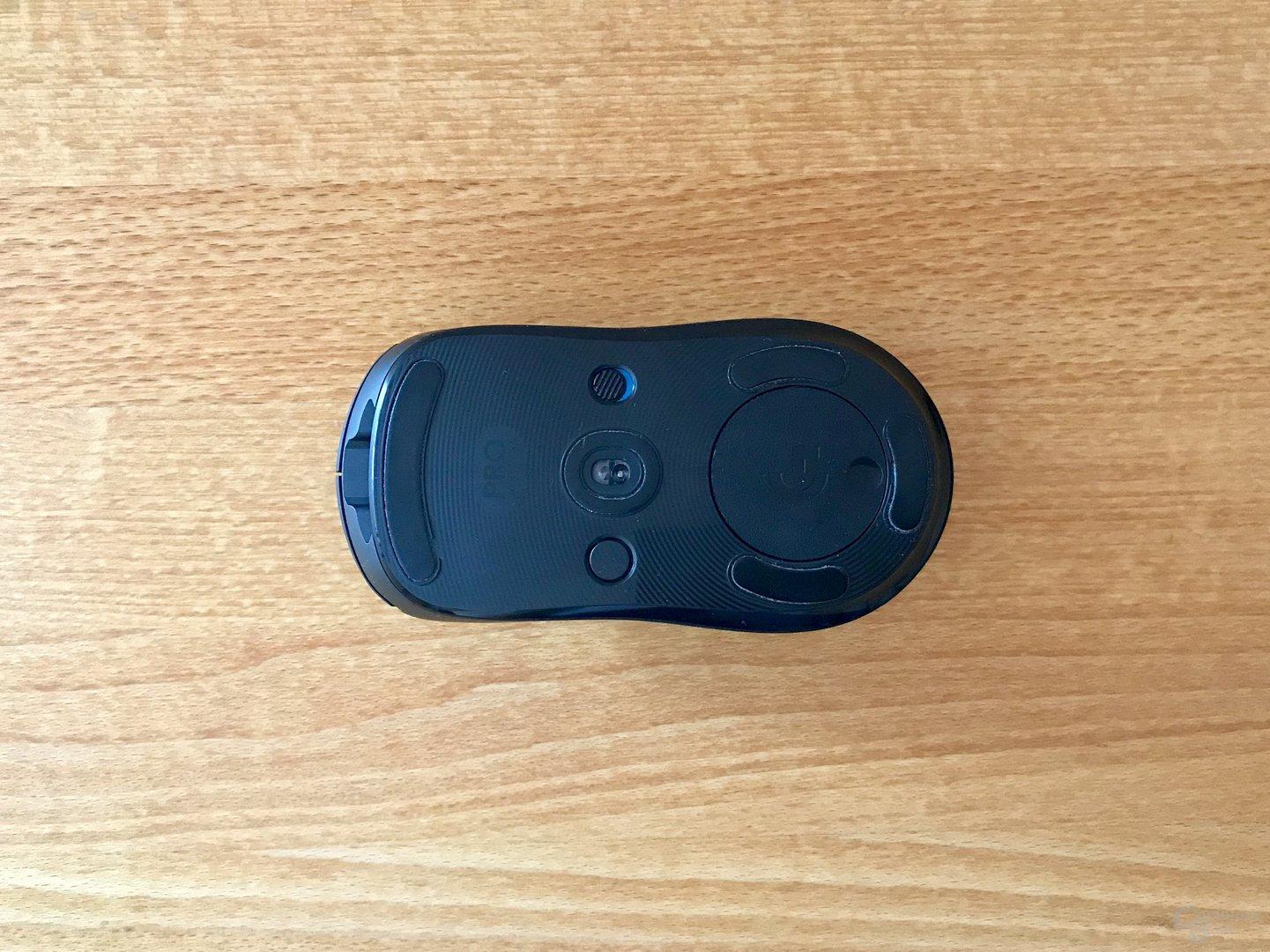 Unterseite mit dpi- und An/Aus-Schalter sowie Fach für den Funkadapter