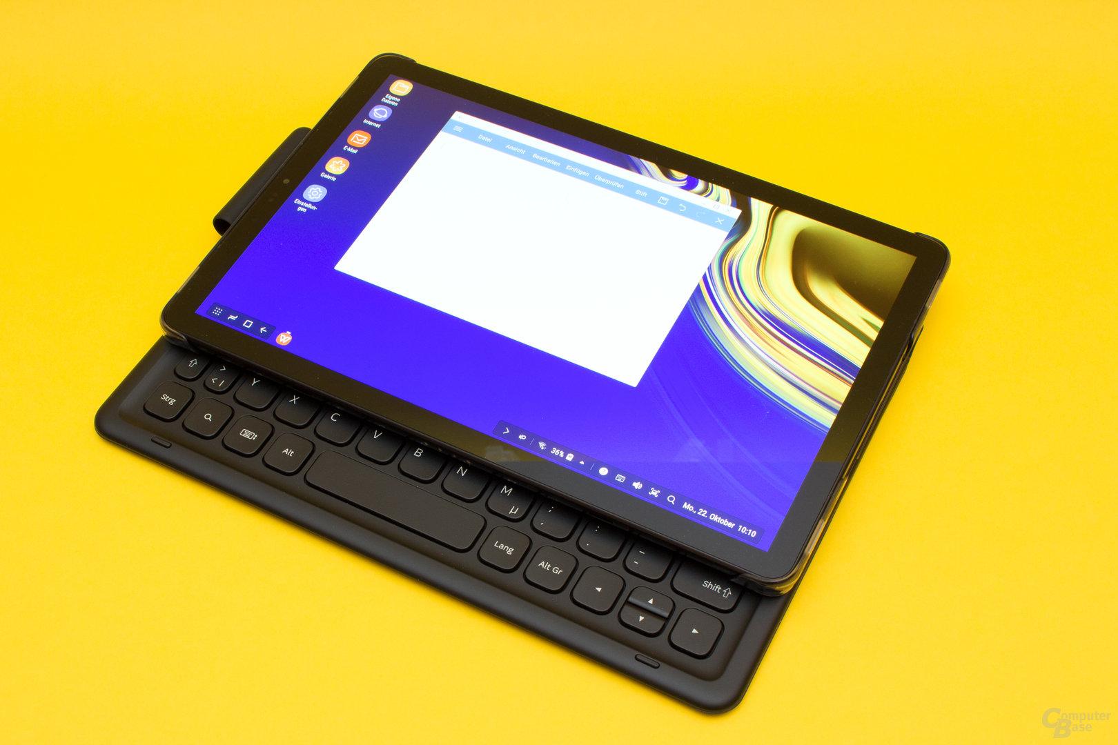 Das Cover Keyboard lässt sich nicht konplett hinter das Tablet klappen