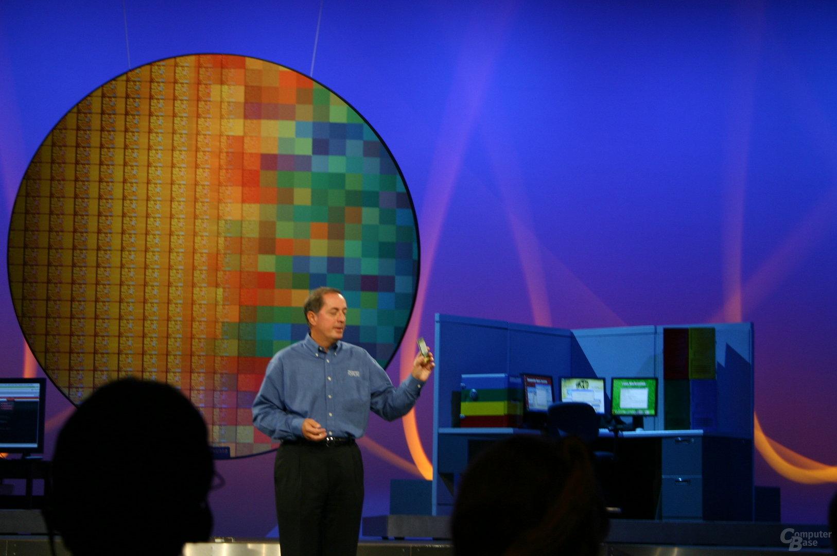 Paul Otellini hält 1,7 Mrd. Transistorenin der Hand