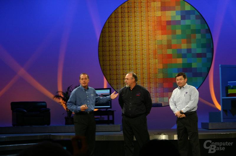 Paul Otellini mit Walt Brooks, Chef der NASA Advanced Supercomputing (NAS) Division, und US-Astronaut Ken Cameron während Otellinis Keynote auf dem IDF Fall 2004 (von links)