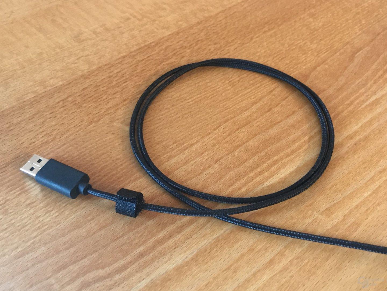 Umwickeltes USB-Kabel mit fester Klettschlaufe