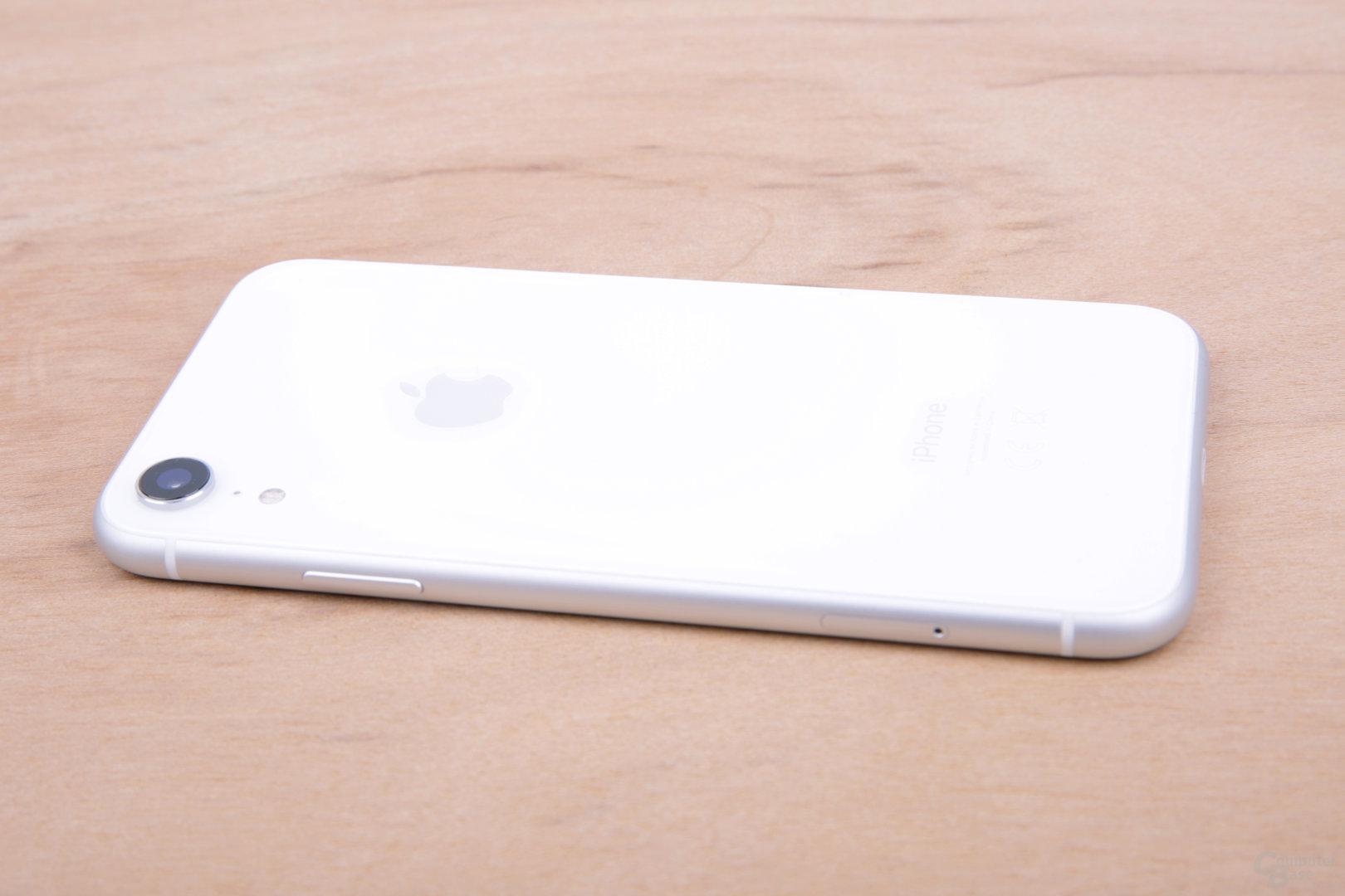 iPhone Xr in der Seitenansicht mit mattem Rahmen