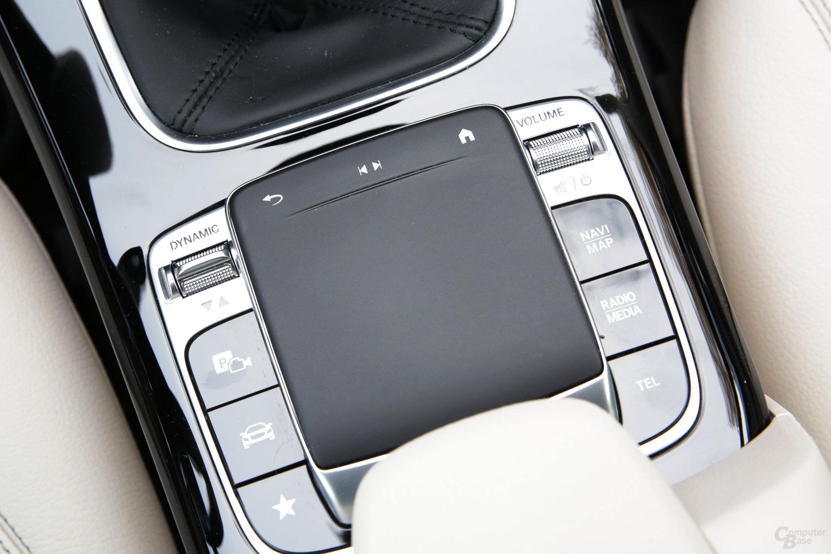 Touchpad in der Mittelkonsole mit Zurück, Rückwärts/Vorwärts und Home