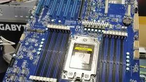 """AMD Epyc """"Rome"""": Gigabyte zeigt Mainboard mit fünf PCIe-4.0-Slots"""