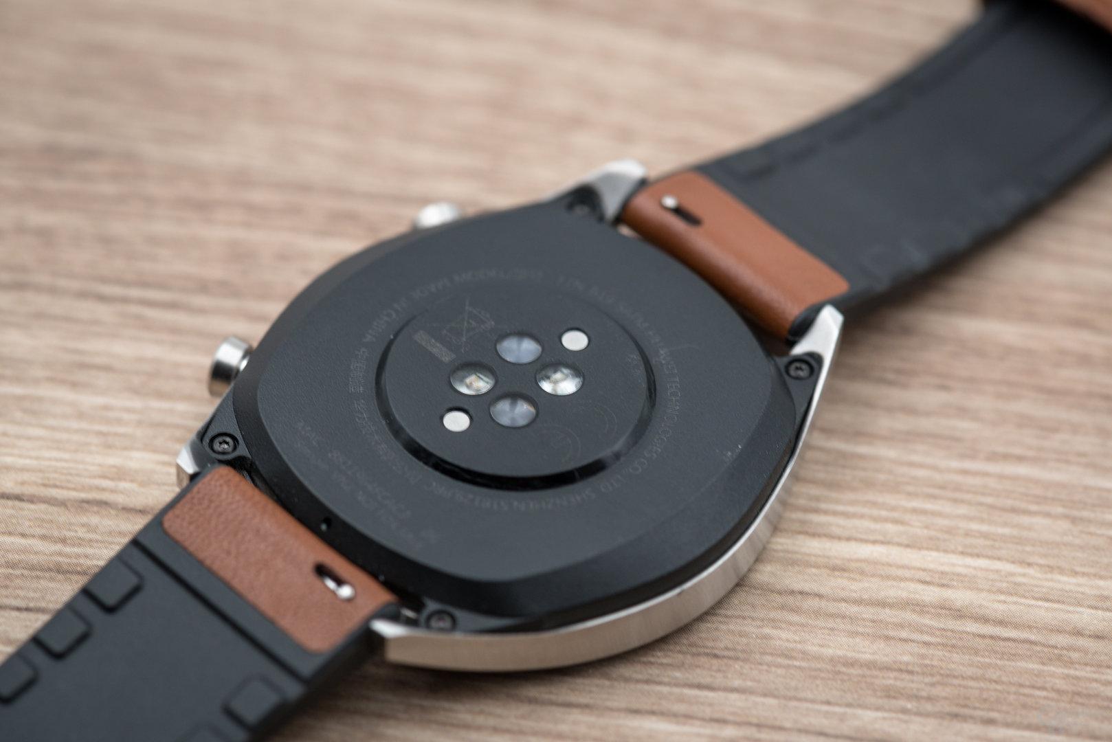 Huawei Watch GT: Kunststoffrückseite mit Sensoren