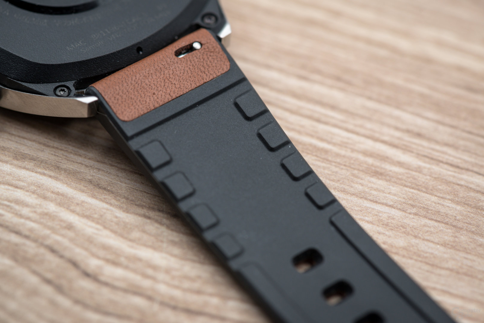 Huawei Watch GT: geklebtes Lederarmband mit Silikoninnenseite