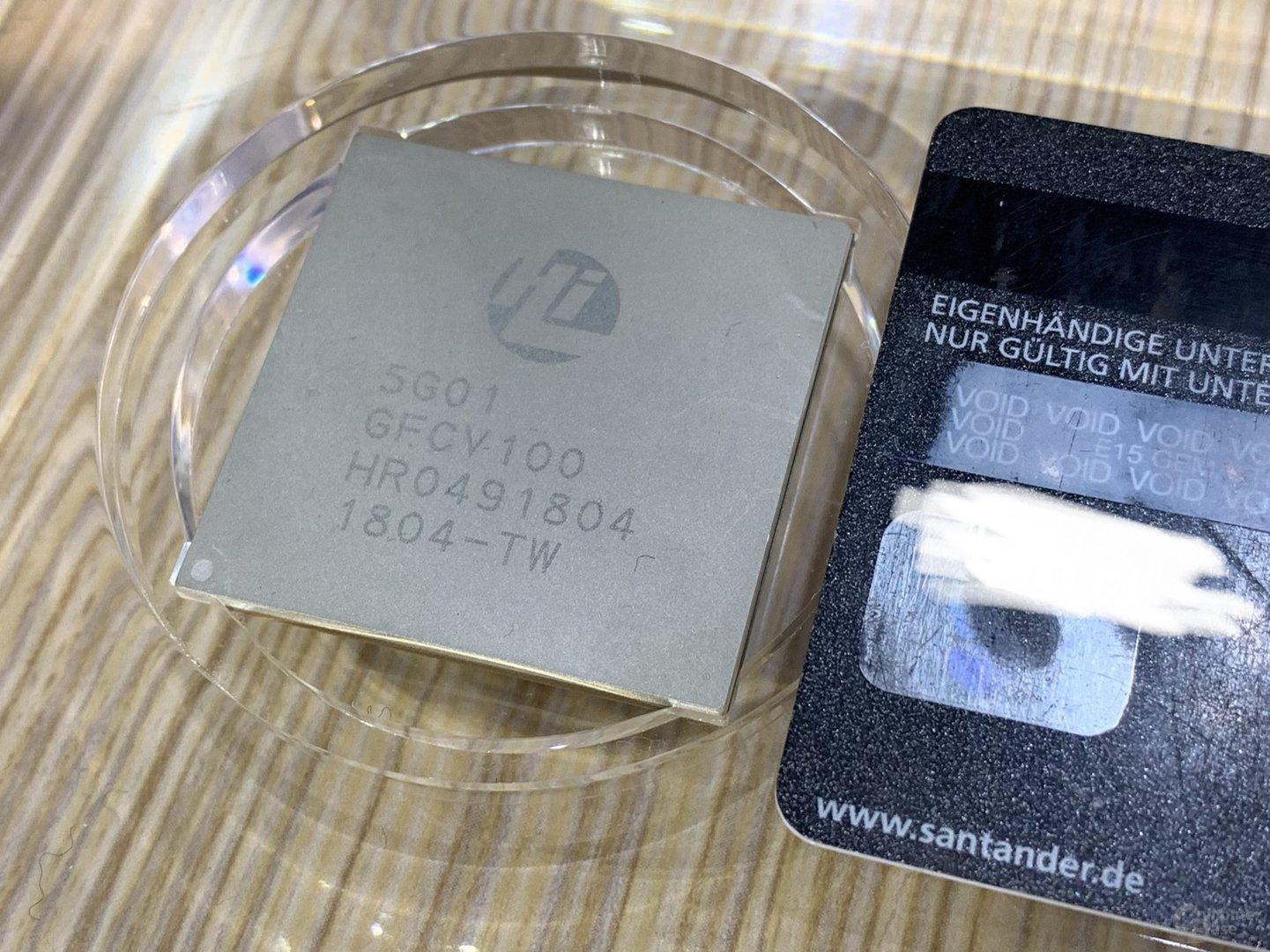 HiSilicon Balong 5G01 im Größenvergleich mit Kreditkarte