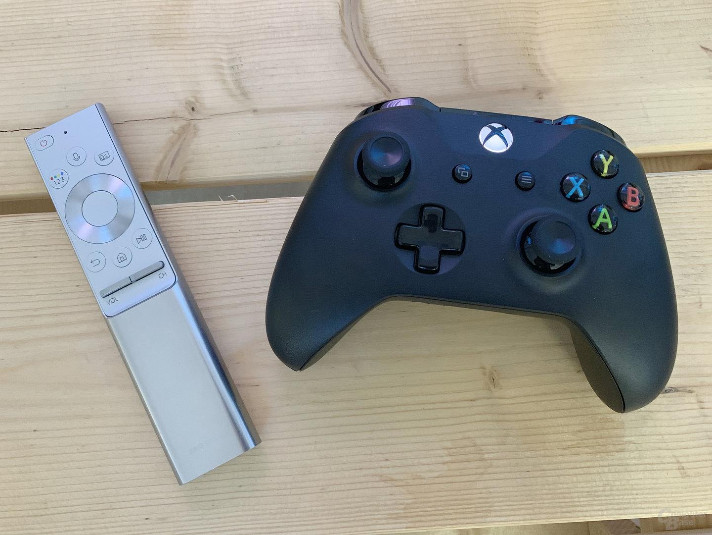 Xbox-Controller neben Samsungs neuer Fernbedienung