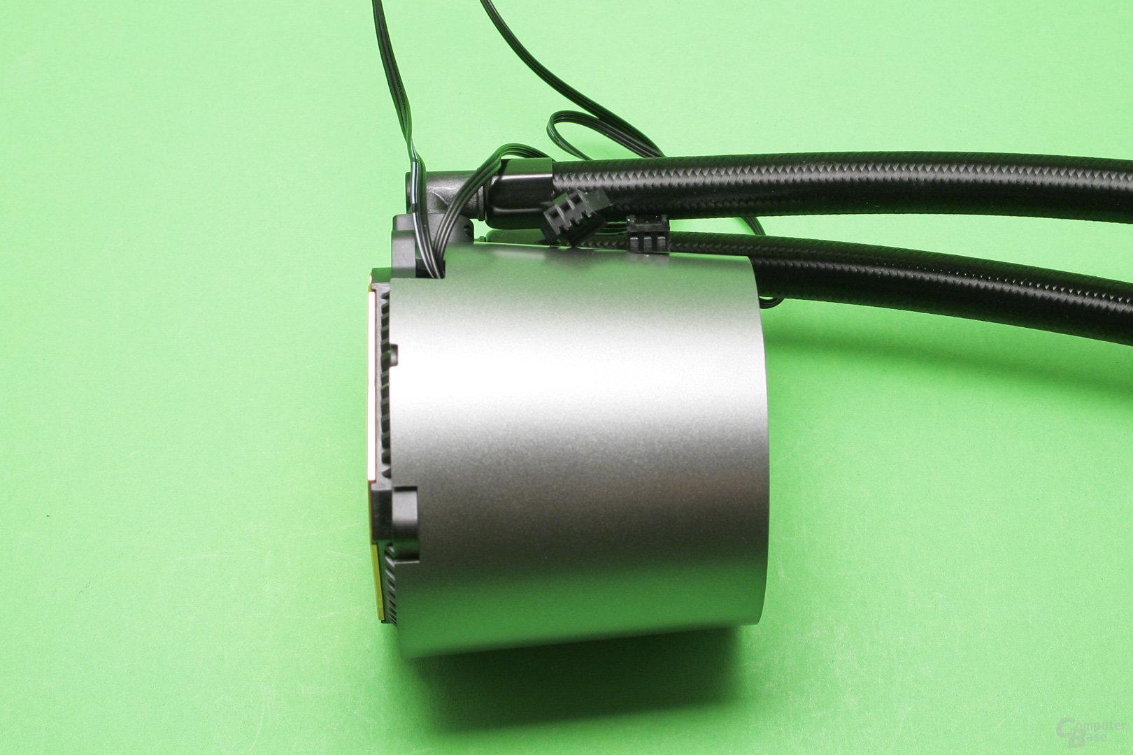 Deepcool Castle 240 RGB: Pumpeneinheit mit Strom- und LED-Anschlusskabel