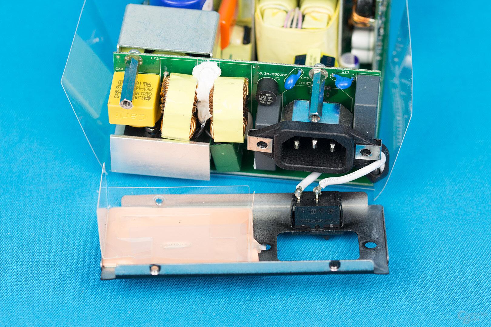 Silverstone Nightjar NJ450-SXL – Kaltgerätebuchse, Eingangsfilter und Brückengleichrichter