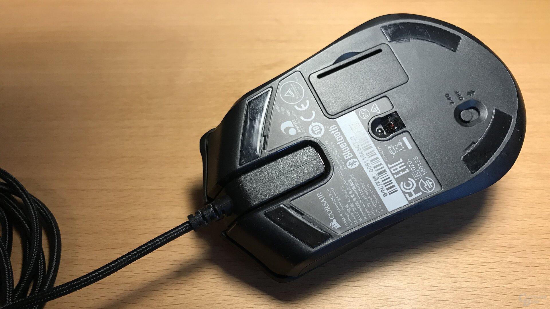 Die Mikro-USB-Buchse befindet sich in einem schmalen Spalt unter dem Mausrad