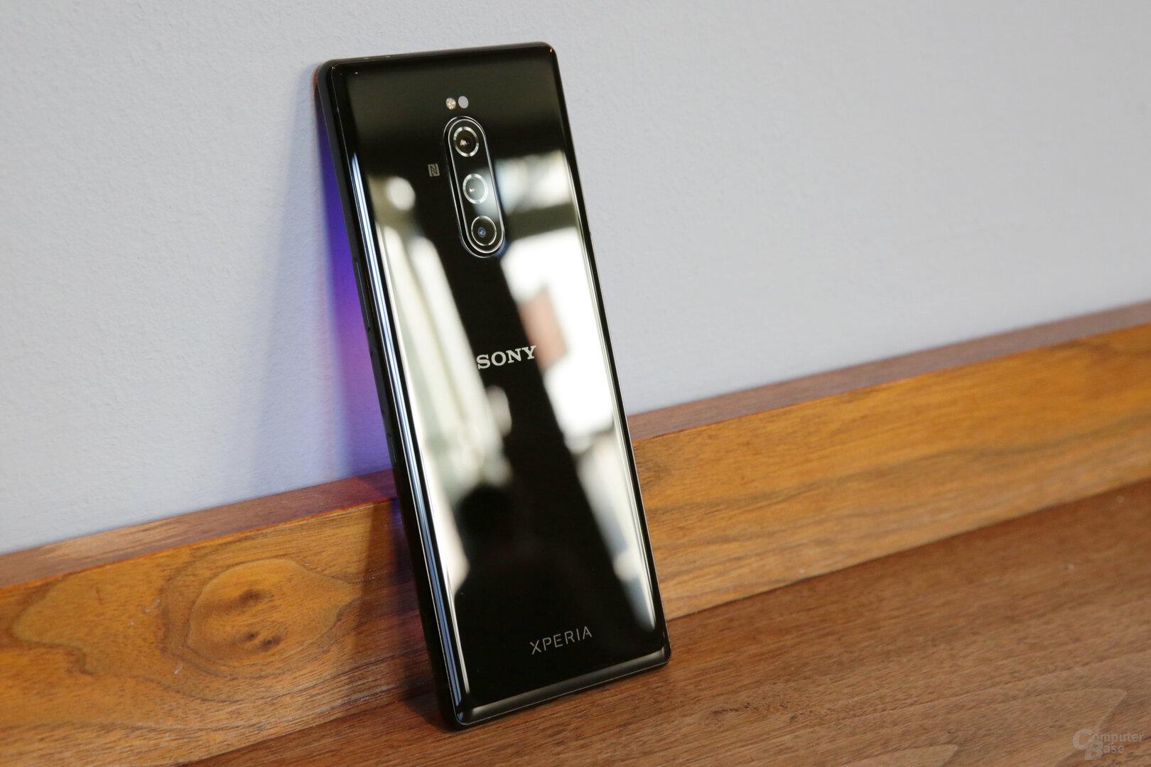 Die Kameras verlaufen vertikal auf der Rückseite aus Glas