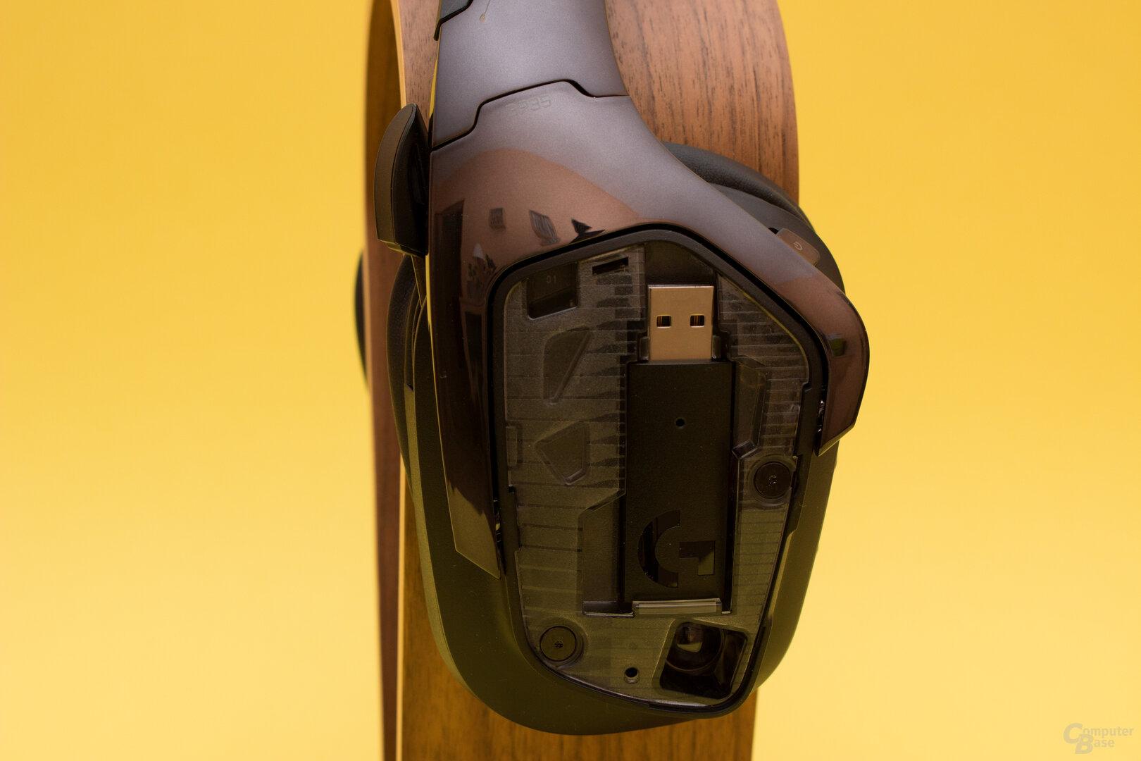 Der USB-Dongle lässt sich beim G935 bequem in der Ohrmuschel verstauen