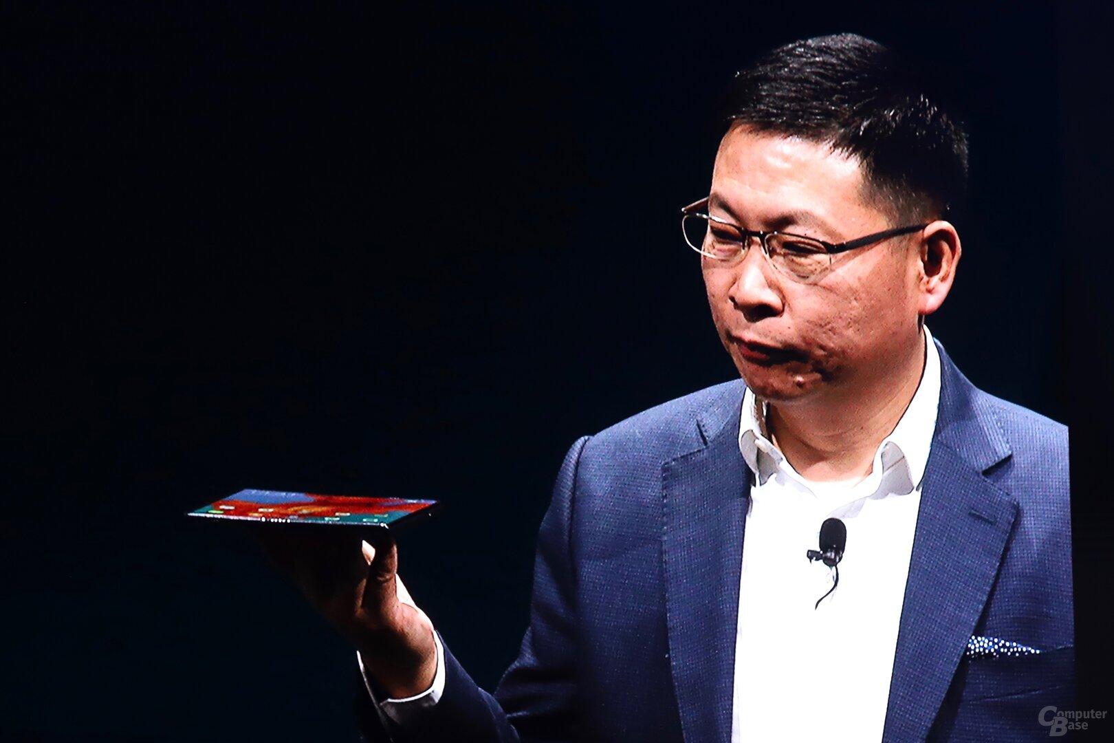 Prototyp in den Händen von CEO Richard Hu